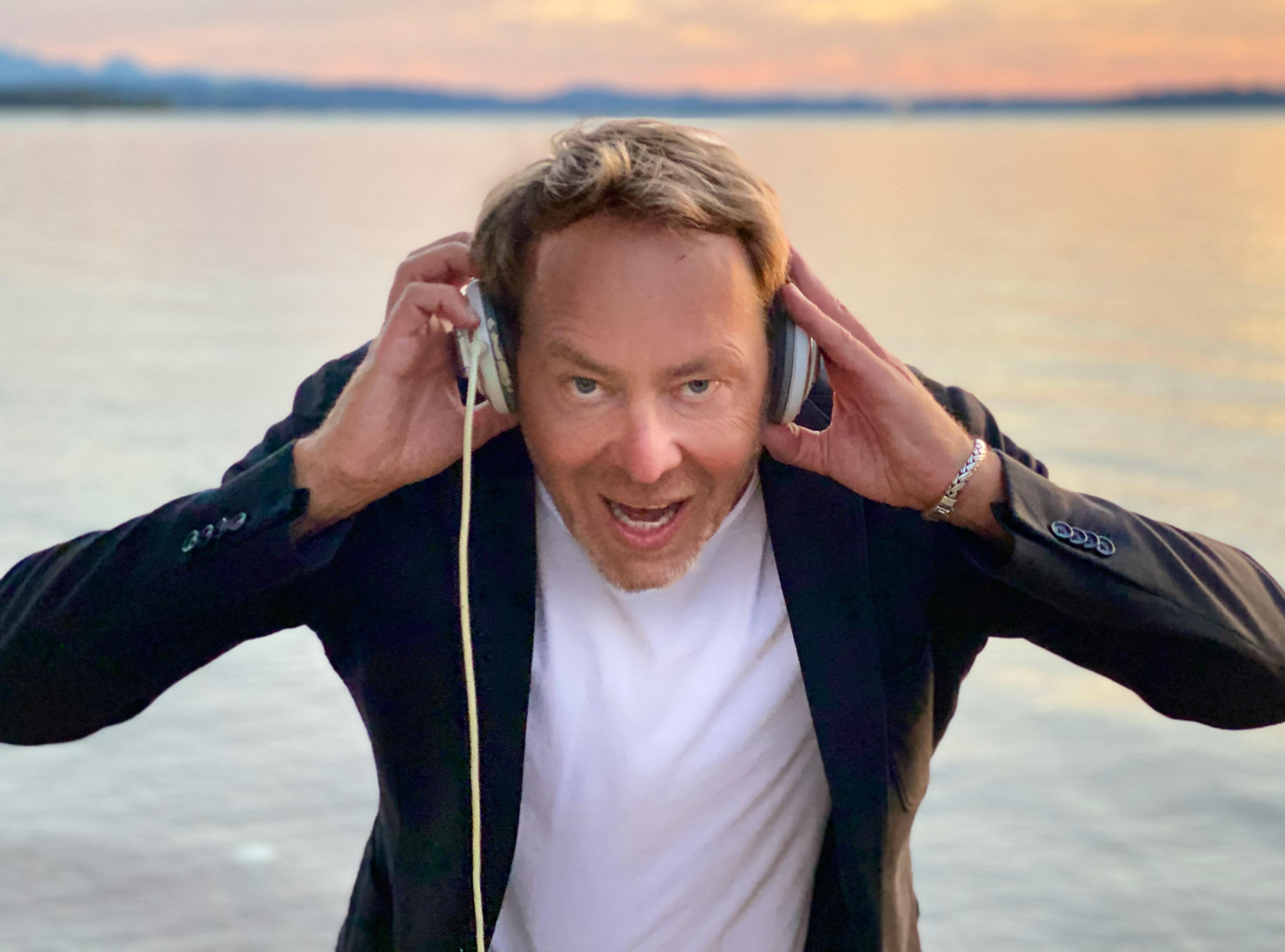 DJ Mike Lindström mit Kopfhörern