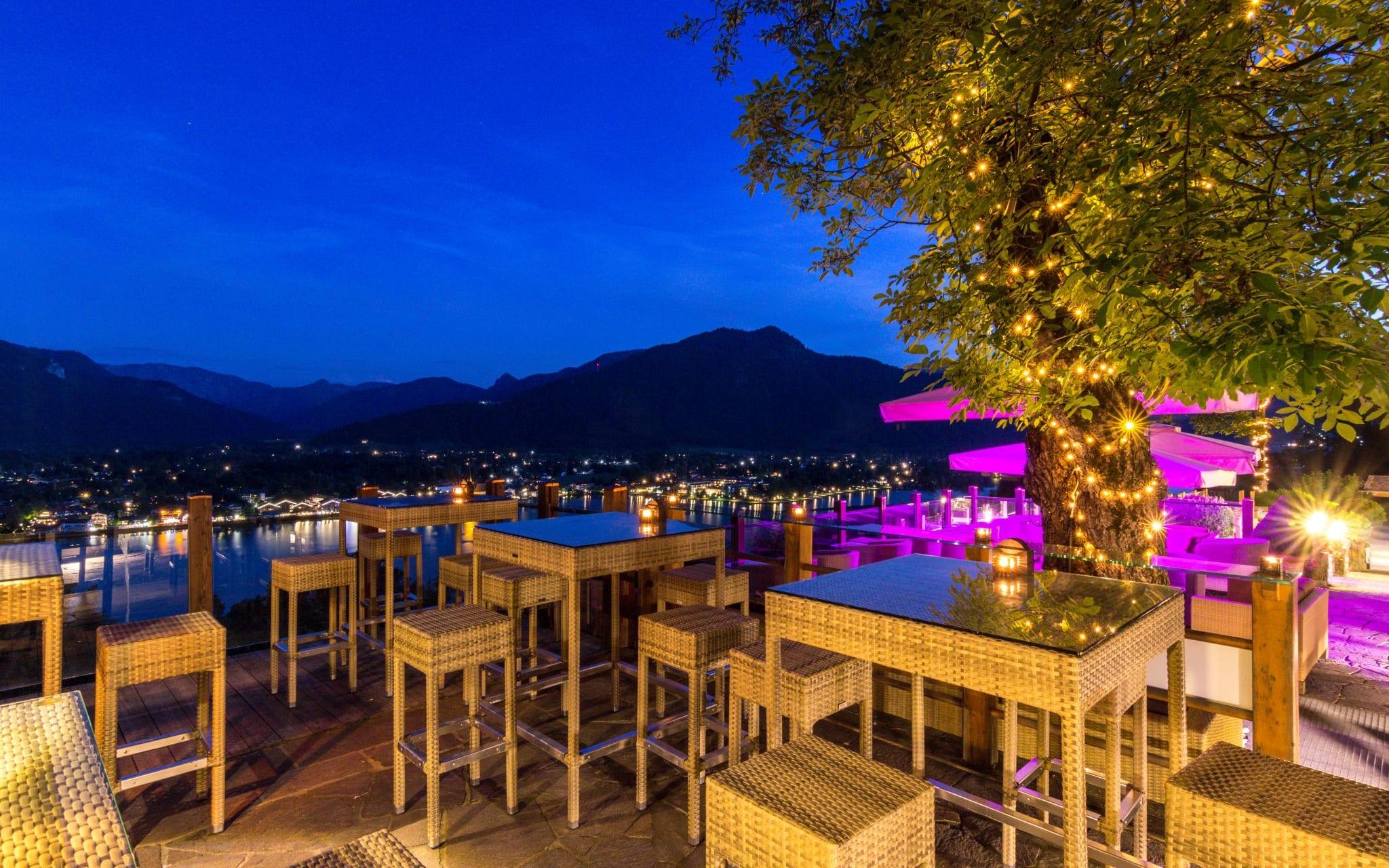 Die Sassa Bar des Leeberghofs Tegernsee in der Nacht