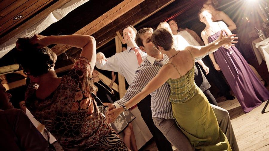 Ausgelassene Stimmung bei Hochzeitsparty