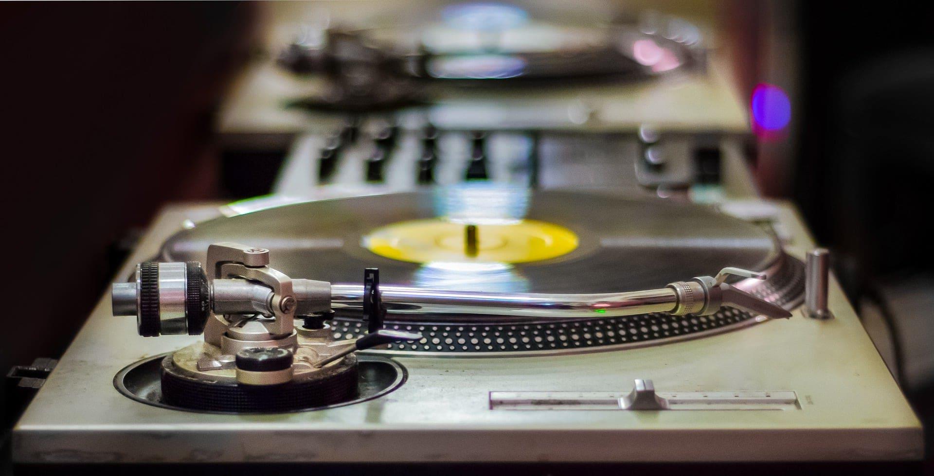 Plattenteller und Mischpult von DJ Mike Lindström