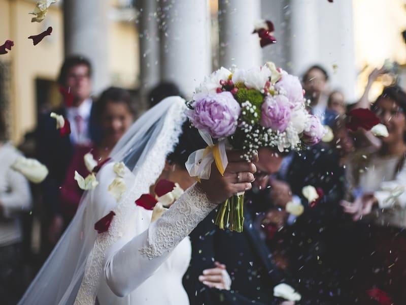 Braut vor dem Brautstrauß-Wurf