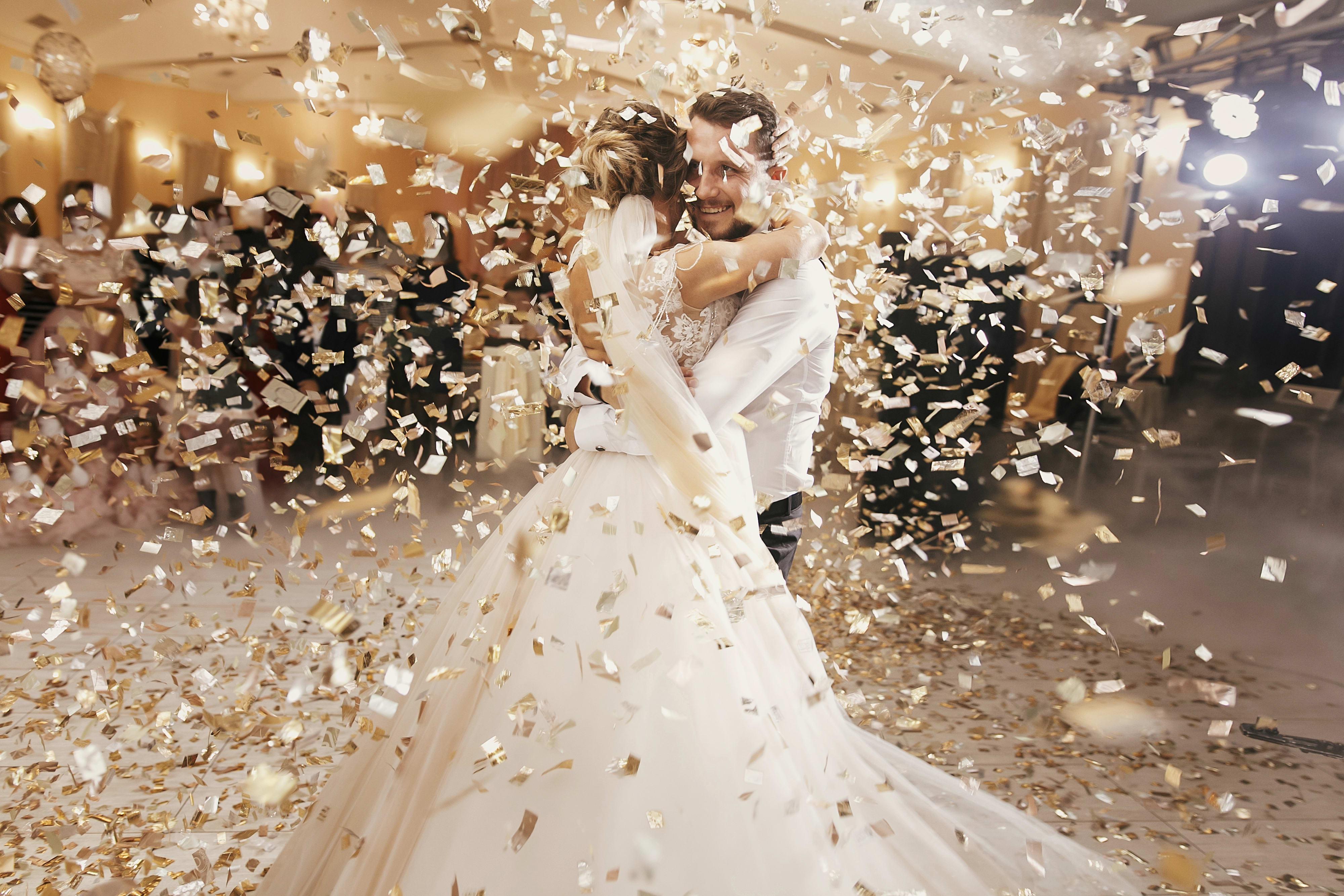 Hochzeitspaar bei ihrem Eröffnungstanz