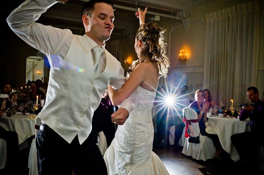 Brautpaar macht einen Eröffnungstanz