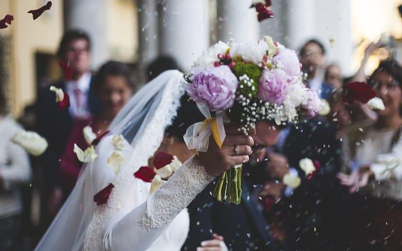Braut mit Hochzeitsstrauß in Kitzbühel