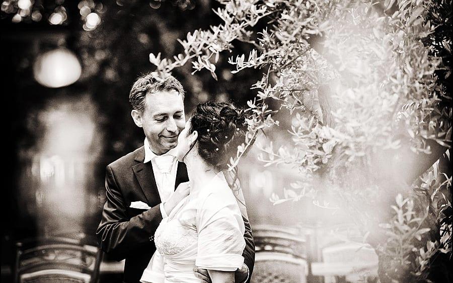 Braut und Bräutigam im Garten