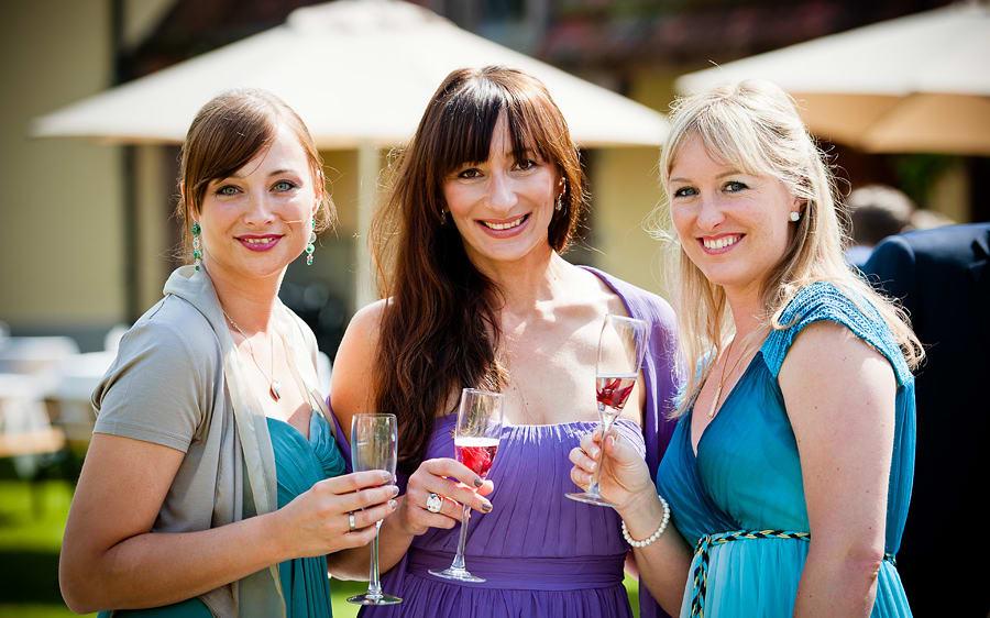 Hochzeitsgäste trinken Aperitif