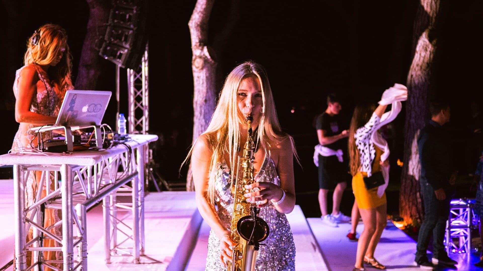 DJ Plus Saxophon: Sophia spielt live
