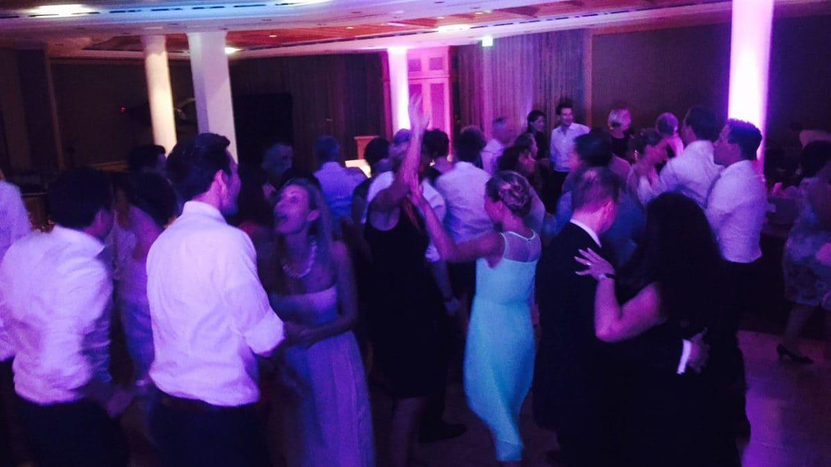 Hochzeitsgesellschaft tanzt bei einer Hochzeit am Tegernsee