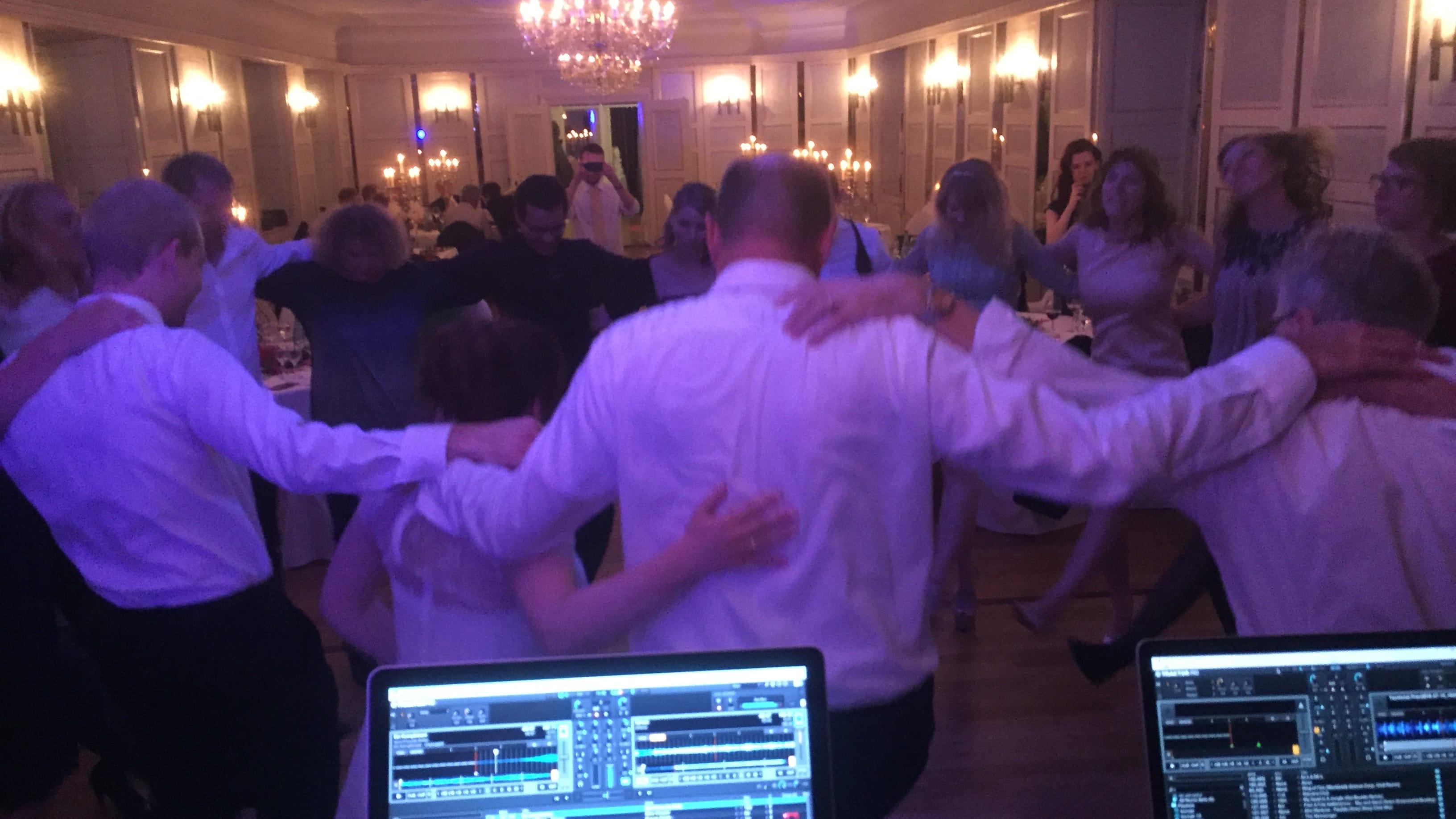 Volle Tanzfläche bei einer Hochzeit in München