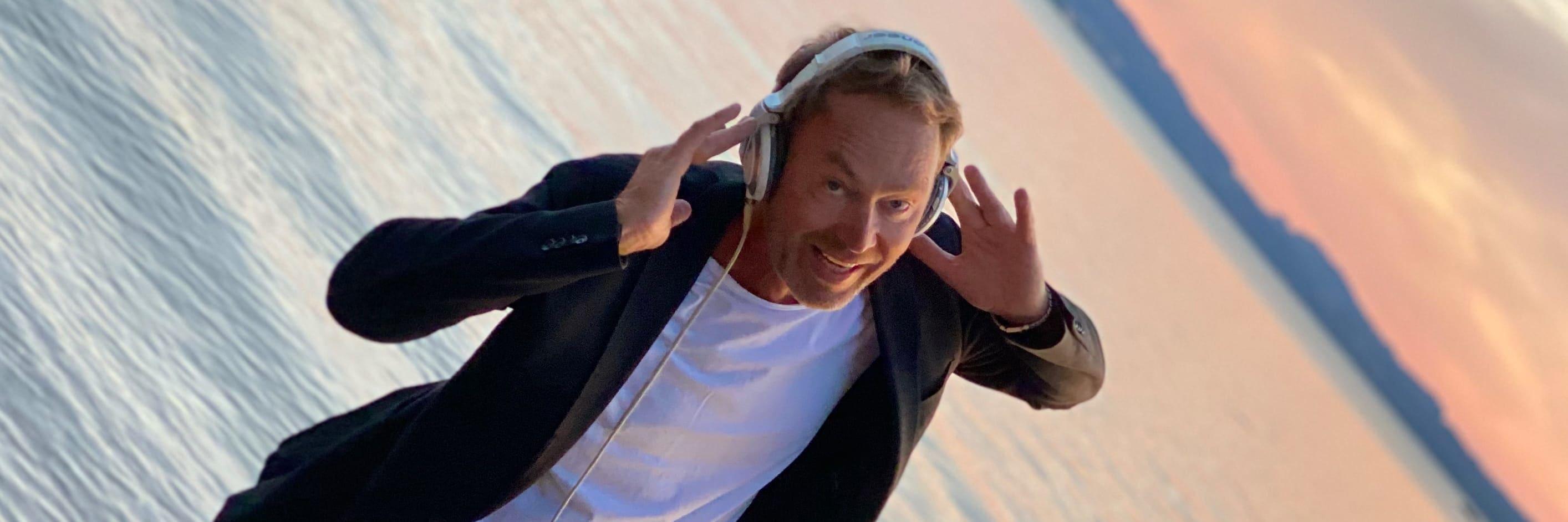 DJ Mike Lindström mit Köpfhörern