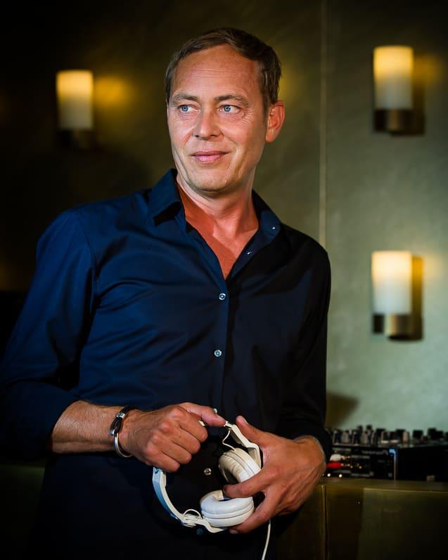 DJ Mike Lindström mit Kopfhörern in der Hand