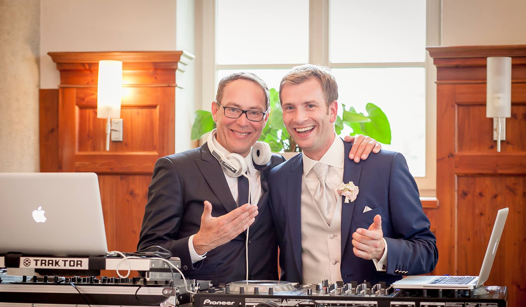 Hochzeits-DJ Mike mit Bräutigam hinter Mischpult auf Schloss Gutenburg
