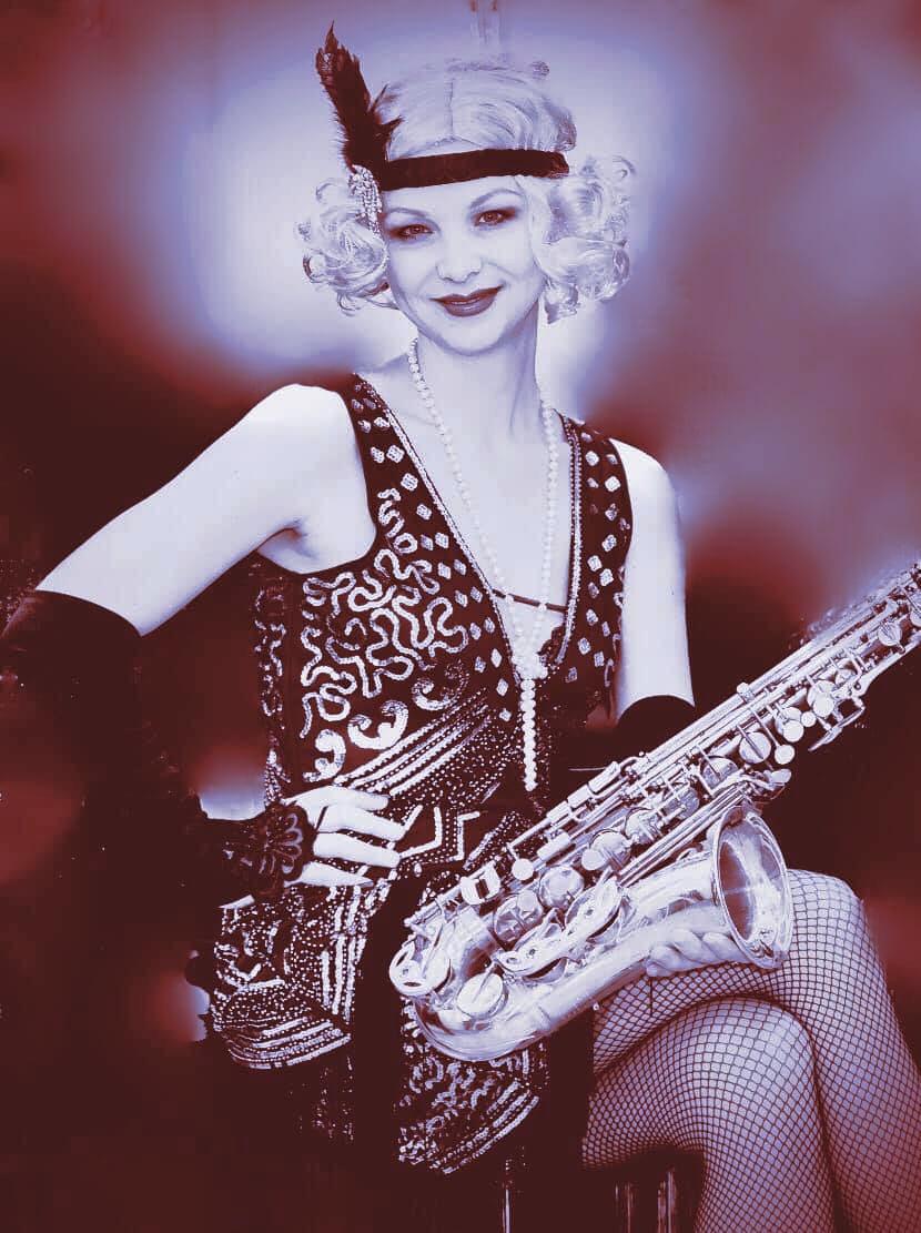 Saxophonistin Monika Ciernia im Babylon Berlin Motto-Party Style