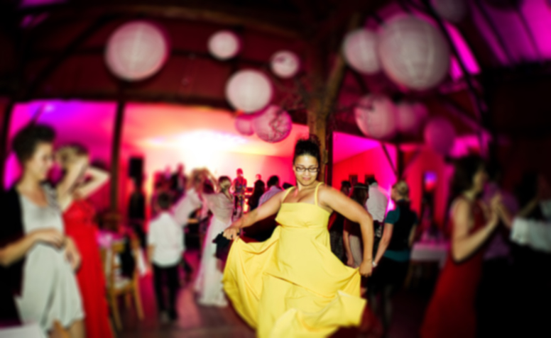 Frau mit gelben Kleid tanzt bei Geburtstag mit Musik von DJ Mike Lindström für Geburtstage